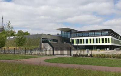 Groene gevel schoolgebouw