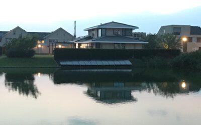 Villa voorzien van zonnepanelen in talud vijver