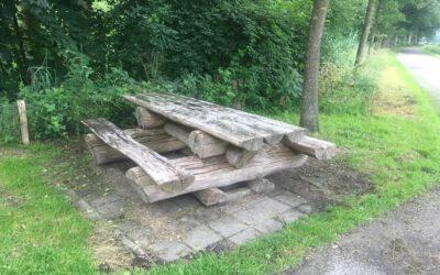 Picknickbank van gestapelde houten boomstammen